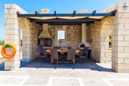 Терраса. Греция, Малеме : Роскошная вилла с потрясающим видом на море, с 4 спальнями, с бассейном, джакузи, зелёной лужайкой, беседкой с патио и каменным барбекю, расположена в 50 метрах от пляжа