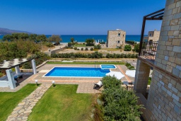 Территория. Греция, Малеме : Роскошная вилла с потрясающим видом на море, с 4 спальнями, с бассейном, джакузи, зелёной лужайкой, беседкой с патио и каменным барбекю, расположена в 50 метрах от пляжа