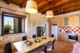 Кухня. Греция, Малеме : Роскошная вилла с потрясающим видом на море, с 4 спальнями, с бассейном, джакузи, зелёной лужайкой, беседкой с патио и каменным барбекю, расположена в 50 метрах от пляжа