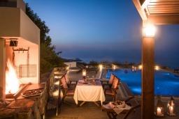 Зона отдыха у бассейна. Греция, Агия Пелагия : Элегантная и современная вилла с панорамным видом на море, с 5-ю спальнями, с бассейном, тенистой террасой с патио и барбекю
