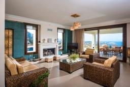 Гостиная. Греция, Агия Пелагия : Элегантная и современная вилла с панорамным видом на море, с 5-ю спальнями, с бассейном, тенистой террасой с патио и барбекю
