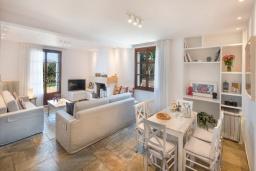Гостиная. Греция,  Ханья : Роскошная вилла с потрясающим видом на море, с 7 спальнями, 3 гостиными, с бассейном и зелёным двориком с барбекю