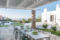 Обеденная зона. Греция,  Ханья : Роскошная вилла с потрясающим видом на море, с 7 спальнями, 3 гостиными, с бассейном и зелёным двориком с барбекю