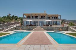 Фасад дома. Греция, Агия Пелагия : Шикарная вилла с потрясающим панорамным видом на залив Agia Pelagia, с 7 спальнями, с двумя бассейнами, двумя детскими бассейнами, джакузи, барбекю и патио