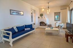 Гостиная. Греция, Агия Пелагия : Шикарная вилла с потрясающим панорамным видом на залив Agia Pelagia, с 7 спальнями, с двумя бассейнами, двумя детскими бассейнами, джакузи, барбекю и патио
