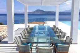 Обеденная зона. Греция,  Ханья : Роскошная современная вилла с панорамным видом на море, с 6 спальнями, с большим бассейном, тенистой террасой с патио, барбекю