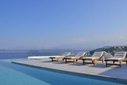 Зона отдыха у бассейна. Греция,  Ханья : Роскошная современная вилла с панорамным видом на море, с 6 спальнями, с большим бассейном, тенистой террасой с патио, барбекю