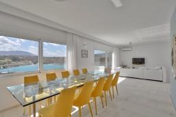 Гостиная. Греция,  Ханья : Роскошная современная вилла с панорамным видом на море, с 6 спальнями, с большим бассейном, тенистой террасой с патио, барбекю