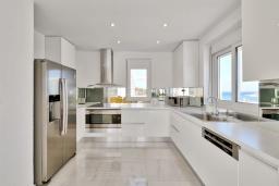 Кухня. Греция,  Ханья : Роскошная современная вилла с панорамным видом на море, с 6 спальнями, с большим бассейном, тенистой террасой с патио, барбекю
