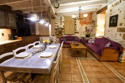Гостиная. Греция,  Ханья : Комфортабельная вилла в окружение пышного сада, с 4 спальнями, патио, барбекю и джакузи, расположена прямо в центре Старого города Chania