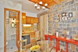 Кухня. Греция, Иерапетра : Уютная каменная вилла с 2-мя спальнями, с бассейном и зелёным двориком с патио и барбекю