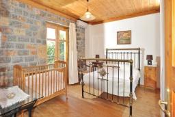 Спальня. Греция, Иерапетра : Уютная каменная вилла с 2-мя спальнями, с бассейном и зелёным двориком с патио и барбекю