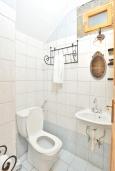 Ванная комната. Греция, Иерапетра : Уютная каменная вилла с 2-мя спальнями, с бассейном и зелёным двориком с патио и барбекю