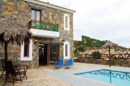 Фасад дома. Греция, Иерапетра : Прекрасная вилла с потрясающим видом на горы, с 2 спальнями, с бассейном, солнечной террасой с патио и барбекю
