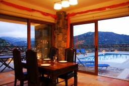 Обеденная зона. Греция, Иерапетра : Прекрасная вилла с потрясающим видом на горы, с 2 спальнями, с бассейном, солнечной террасой с патио и барбекю