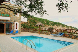 Бассейн. Греция, Иерапетра : Прекрасная вилла с потрясающим видом на горы, с 2 спальнями, с бассейном, солнечной террасой с патио и барбекю