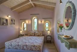 Спальня. Греция, Скалета : Шикарная вилла с видом на море и горы, с 5 спальнями, с большим бассейном, зелёной территорией, тенистой террасой с патио и барбекю, расположена в прекрасной традиционной деревне Asteri