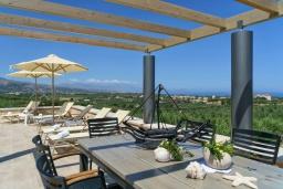 Обеденная зона. Греция, Скалета : Шикарная вилла с видом на море и горы, с 5 спальнями, с большим бассейном, зелёной территорией, тенистой террасой с патио и барбекю, расположена в прекрасной традиционной деревне Asteri
