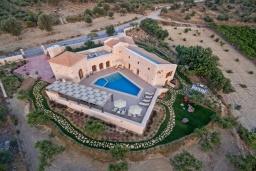 Фасад дома. Греция, Скалета : Шикарная вилла с видом на море и горы, с 5 спальнями, с большим бассейном, зелёной территорией, тенистой террасой с патио и барбекю, расположена в прекрасной традиционной деревне Asteri
