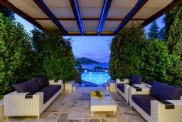 Патио. Греция, Айос Николас : Прекрасная вилла в классическом средиземноморском стиле с потрясающим видом на море, с 4 спальнями, с бассейном, тенистой террасой с lounge-зоной, расположена на побережье Aghios Nikolaos