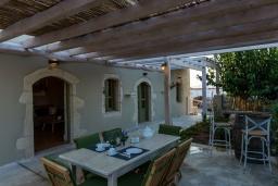 Обеденная зона. Греция, Георгиуполис : Потрясающая вилла с 3 спальнями, с бассейном, зелёным двориком, тенистой террасой с патио и барбекю