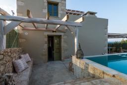 Фасад дома. Греция, Георгиуполис : Потрясающая вилла с 3 спальнями, с бассейном, зелёным двориком, тенистой террасой с патио и барбекю