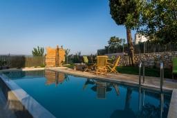 Бассейн. Греция, Георгиуполис : Потрясающая вилла с 3 спальнями, с бассейном, зелёным двориком, тенистой террасой с патио и барбекю