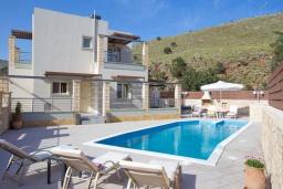 Фасад дома. Греция, Георгиуполис : Потрясающая вилла с 3-мя спальнями, с бассейном, приватным двориком и барбекю