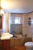 Ванная комната. Греция, Иерапетра : Каменный дом с удивительным видом на горы, с 2 спальнями, с бассейном, приватным двориком и барбекю, расположен на окраине деревни Prina