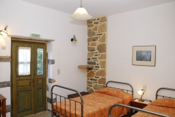 Спальня. Греция, Иерапетра : Каменный дом с удивительным видом на горы, с 2 спальнями, с бассейном, приватным двориком и барбекю, расположен на окраине деревни Prina