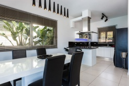 Кухня. Греция, Элунда : Роскошная современная вилла с панорамным видом на море и окрестности, с 3 спальнями, с большим бассейном, тренажерным залом, джакузи, барбекю