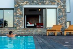 Бассейн. Греция, Элунда : Роскошная современная вилла с панорамным видом на море и окрестности, с 3 спальнями, с большим бассейном, тренажерным залом, джакузи, барбекю