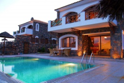 Фасад дома. Греция, Амудара : Прекрасная вилла с 2 спальнями, с бассейном, солнечной террасой с патио и барбекю
