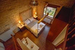 Спальня. Греция, Панормо : Очаровательная вилла, окруженная вековыми оливковыми деревьями, с 4 спальнями, с бассейном, приватным двориком и каменным барбекю