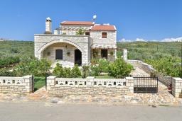 Фасад дома. Греция, Панормо : Очаровательная вилла, окруженная вековыми оливковыми деревьями, с 4 спальнями, с бассейном, приватным двориком и каменным барбекю