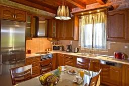 Кухня. Греция, Панормо : Очаровательная вилла, окруженная вековыми оливковыми деревьями, с 4 спальнями, с бассейном, приватным двориком и каменным барбекю