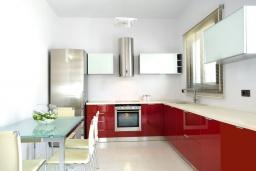 Кухня. Греция, Элунда : Роскошная современная вилла с панорамным видом на море, с 4 спальнями, с бассейном, солнечной террасой, патио, барбекю и тренажерным залом