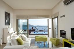 Гостиная. Греция, Элунда : Роскошная современная вилла с панорамным видом на море, с 4 спальнями, с бассейном, солнечной террасой, патио, барбекю и тренажерным залом