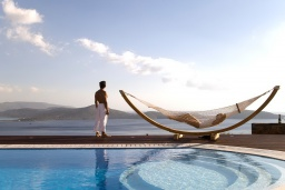 Бассейн. Греция, Элунда : Роскошная современная вилла с панорамным видом на море, с 4 спальнями, с бассейном, солнечной террасой, патио, барбекю и тренажерным залом