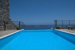 Бассейн. Греция, Элунда : Прекрасная вилла с панорамным видом на  залив Мирабелло, с 2 спальнями, с бассейном, тенистой террасой с патио и барбекю
