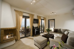 Гостиная. Греция, Элунда : Прекрасная вилла с панорамным видом на  залив Мирабелло, с 2 спальнями, с бассейном, тенистой террасой с патио и барбекю