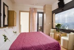 Спальня. Греция, Элунда : Прекрасная вилла с панорамным видом на  залив Мирабелло, с 2 спальнями, с бассейном, тенистой террасой с патио и барбекю