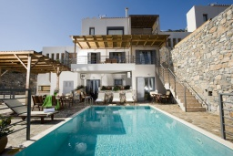 Фасад дома. Греция, Элунда : Восхитительная вилла с панорамным видом на море, с бассейном, тенистой террасой, патио и барбекю