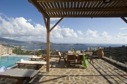 Зона отдыха у бассейна. Греция, Элунда : Восхитительная вилла с панорамным видом на море, с бассейном, тенистой террасой, патио и барбекю