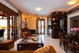 Гостиная. Греция, Ретимно : Очаровательная вилла с потрясающим видом на море, с 4 спальнями, с бассейном, тенистой террасой с патио и барбекю