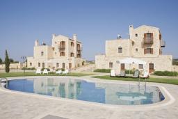 Фасад дома. Греция, Скалета : Комплекс из двух вилл с 9 спальнями, с зелёной территорией и большим бассейном, патио и барбекю