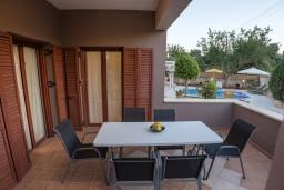 Обеденная зона. Греция, Ретимно : Комфортабельная вилла с 4 спальнями, с бассейном, частным двориком, беседкой с патио и каменным барбекю, расположена в деревне Atsipopoulo Village