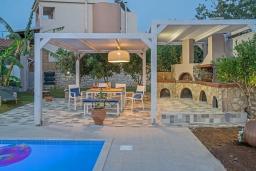 Зона отдыха у бассейна. Греция, Ретимно : Комфортабельная вилла с 4 спальнями, с бассейном, частным двориком, беседкой с патио и каменным барбекю, расположена в деревне Atsipopoulo Village