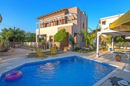 Фасад дома. Греция, Ретимно : Комфортабельная вилла с 4 спальнями, с бассейном, частным двориком, беседкой с патио и каменным барбекю, расположена в деревне Atsipopoulo Village