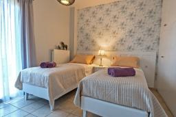Спальня 2. Греция, Ретимно : Комфортабельная вилла с 4 спальнями, с бассейном, частным двориком, беседкой с патио и каменным барбекю, расположена в деревне Atsipopoulo Village